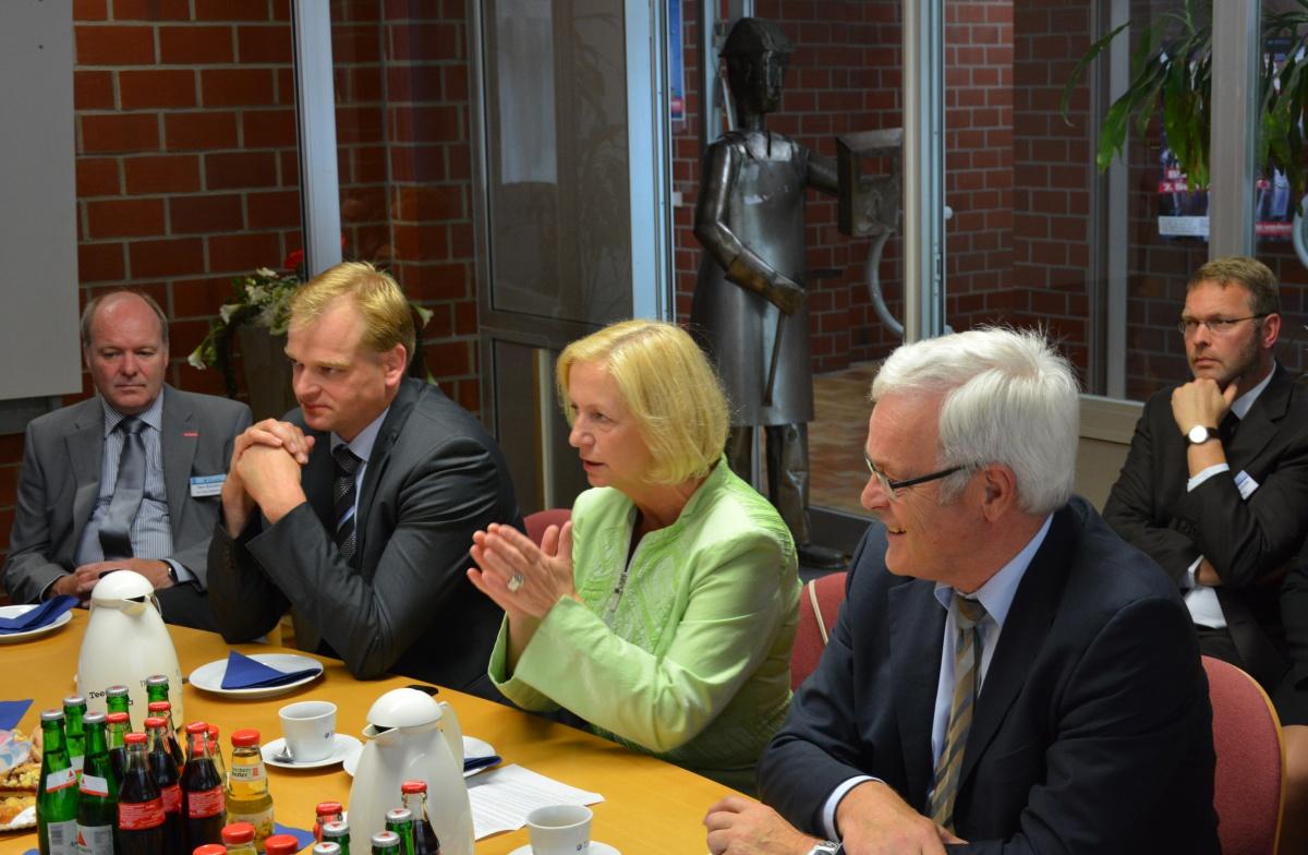 Hermann Kues (Bundestagsabgeordneter), Dr. Johanna Wanka (Bundesbildungsministerin) und Albert Stegemann (Bundestags-Kandidat) im Gespräch im BTZ Lingen